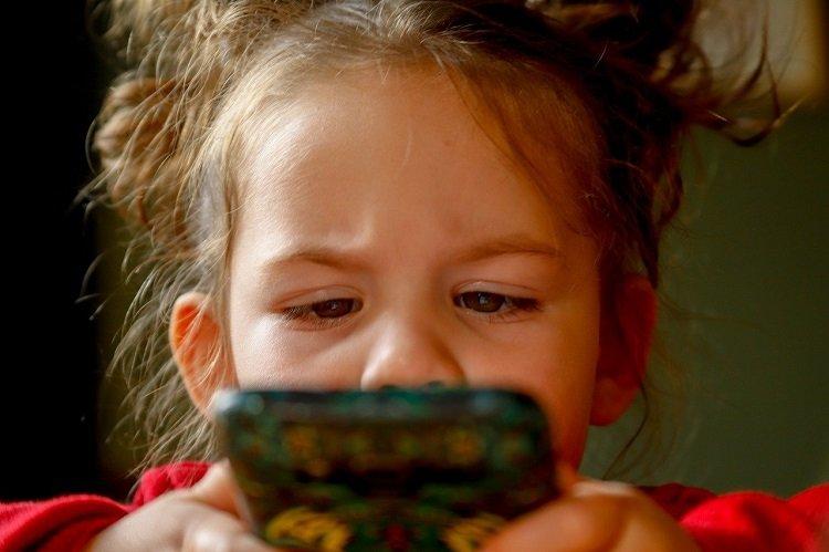 Obniżanie wieku korzystania z urządzeń mobilnych przez najmłodsze dzieci może niepokoić